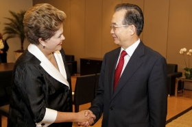 Brazil's President Dilma Rousseff (L) shakes hands with China's Premier Wen Jiabao after a meeting at Rio+20.