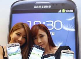 Models hold new Galaxy S III devices -- direct iPhone competitors -- during a launch event in Seoul June 25, 2012.